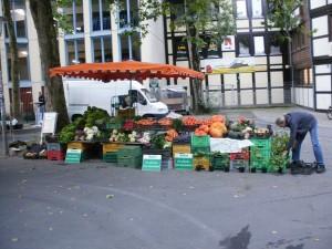 Wochenmarktstand im Spätsommer